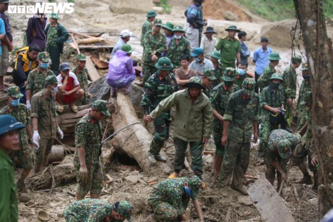 Xót xa cảnh nam sinh lớp 11 ngóng chờ 7 người thân mất tích ở Trà Leng - 2