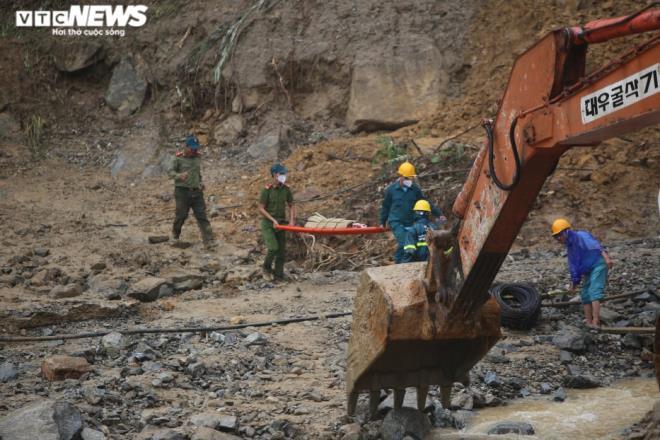 Xót xa cảnh nam sinh lớp 11 ngóng chờ 7 người thân mất tích ở Trà Leng - 3