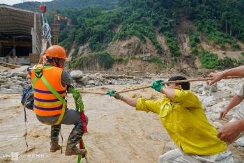 Công nhân thủy điện mắc kẹt được đưa qua sông