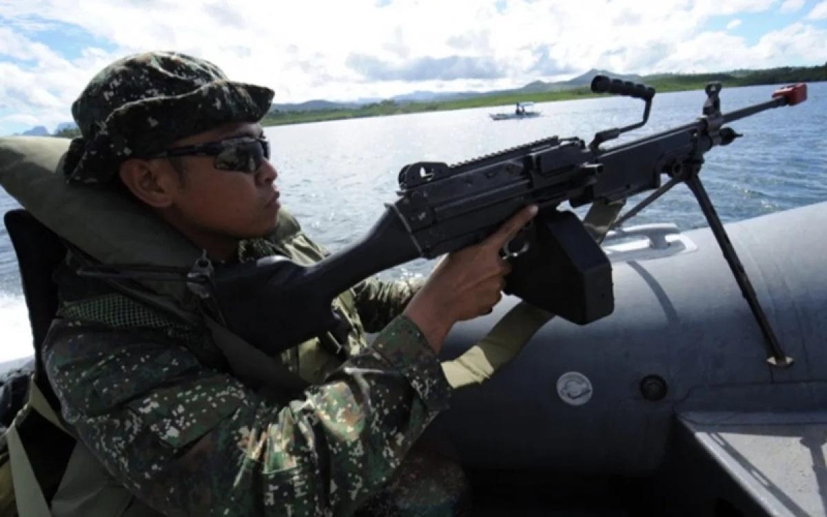 Một lính Philippines đi tuần tra dọc theo vịnh Ulugan đối diện Biển Đông. Ảnh: AFP.