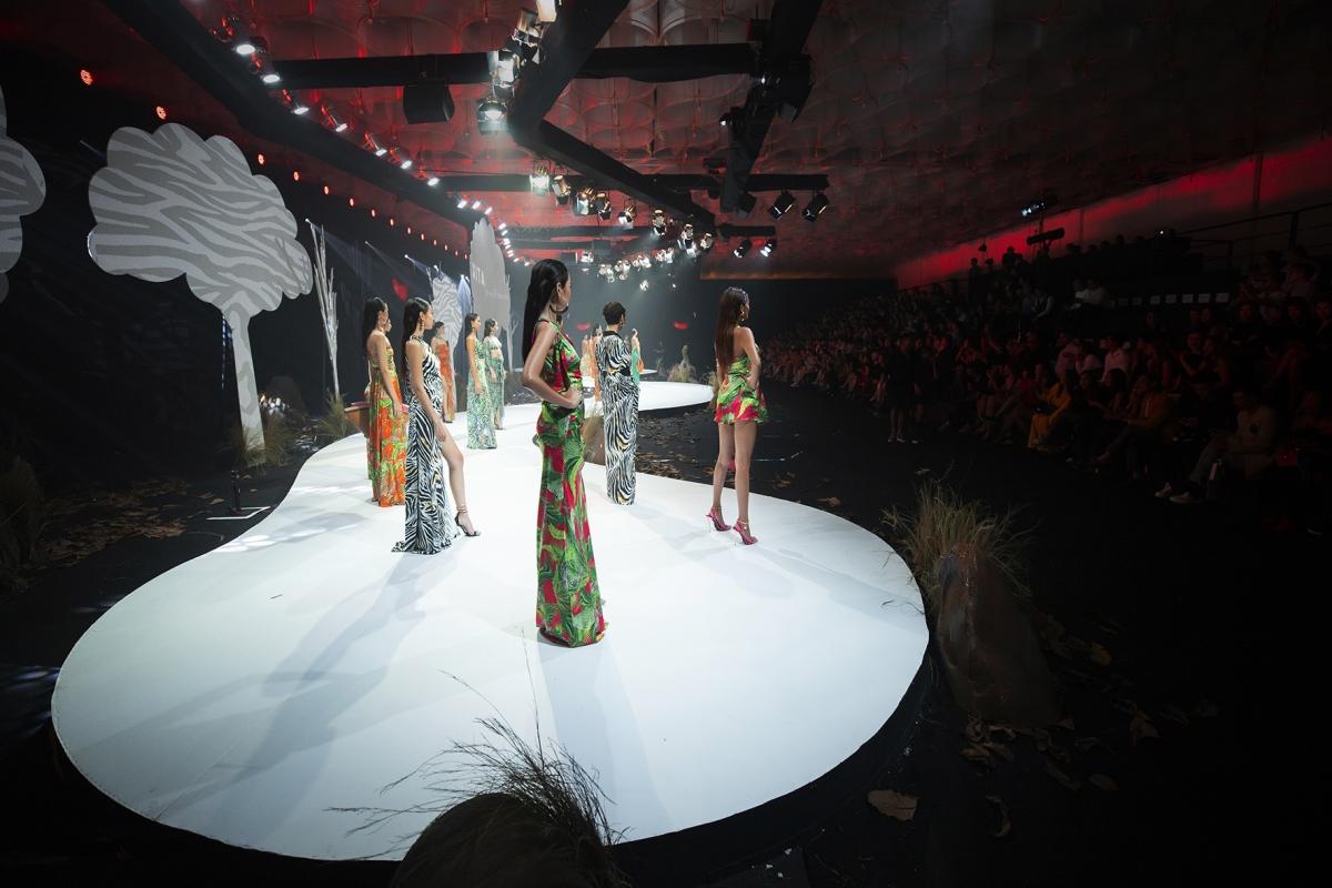 Bộ sưu tập thứ ba trình diễn là thương hiệu Xita của nhà thiết kế Kathy Nguyễn.