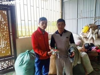 Phát hiện sổ tiết kiệm trong hàng cứu trợ, dân vùng lũ Hà Tĩnh tìm người trả lại
