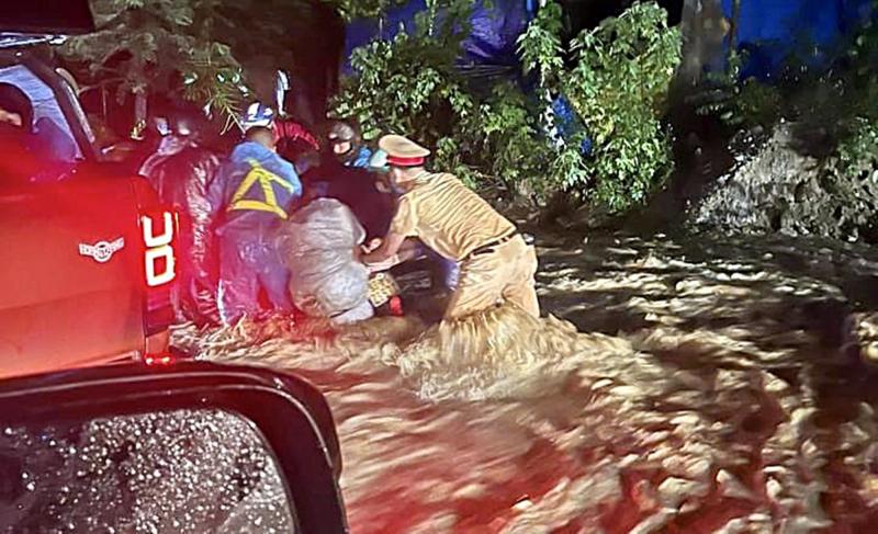 Nước lũ dâng cao gây cô lập nhiều nơi tại các tỉnh miền Trung