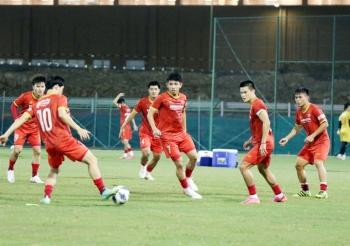 Bão đổ bộ Oman, tuyển Việt Nam tập trên mặt sân thiếu chất lượng