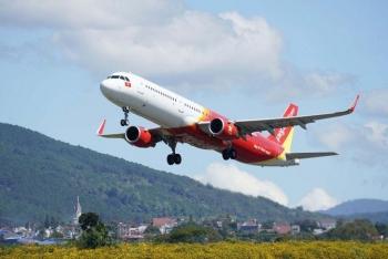 Ngày đầu hàng không trở lại bầu trời: Hãng bay than thở, hành khách ngao ngán vì quy định của địa phương