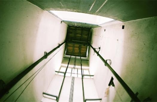 Cô gái trẻ ở Hà Nội rơi xuống hầm thang máy chết thương tâm