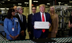 Trump tính miễn thuế iPhone sản xuất ở Trung Quốc