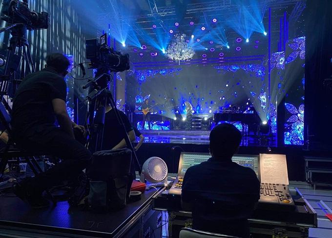Các nghệ sĩ đang chuẩn bị sân khấu trước thềm đêm nhạc. Ảnh: N.T.A.