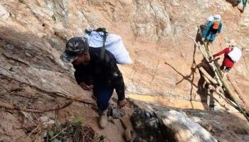 Quảng Nam: Dân quân gùi hàng, vượt núi hiểm trở cứu trợ dân bị cô lập sau bão