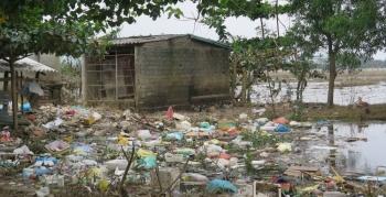 Nỗi lo ô nhiễm môi trường và bùng phát dịch bệnh sau lũ ở miền Trung