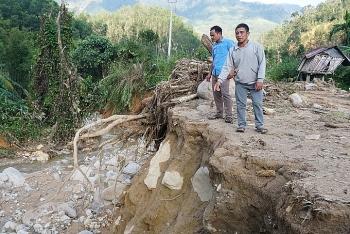 Hai cán bộ dẫn hơn 40 người thoát trận lở núi