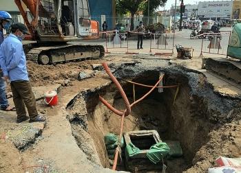 Mặt đường Sài Gòn sụt hố sâu