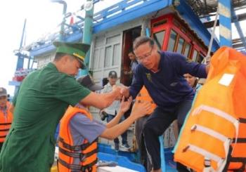 20 ngư dân mất tích ở Bình Định: Đưa 6 người vào bờ an toàn
