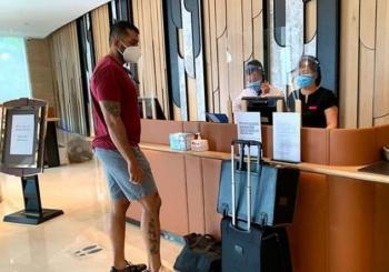 Hà Nội: Hai nhân viên khách sạn Mường Thanh thành F1 do nghe hộ điện thoại, đổi tiền cho bệnh nhân Covid-19
