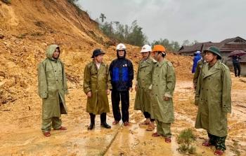 Sơ tán dân trước khi núi sạt lở ở Quảng Ngãi