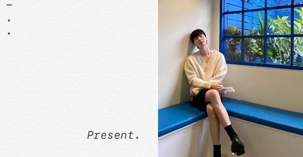 Diện mạo mới của Ahn Jae Hyun cùng dòng trạng thái vẻn vẹn dòng chữ của anh khiến nhiều người tò mò.