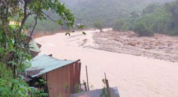 Lũ quét ào ào đổ về, lại một ngôi làng ở Quảng Nam bị