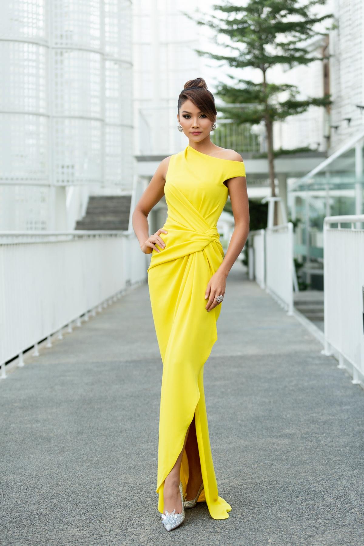 Ở một sự kiện trước đó, Hoa hậu H'Hen Niê diện chiếc đầm vàng tươi lệch vai, ôm trọn form dáng vô cùng thanh lịch và tinh tế.