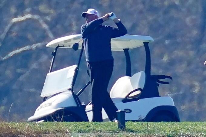 trump tiep tuc choi golf sau khi that cu