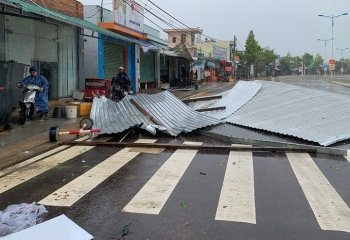Hai người chết sau bão Etau