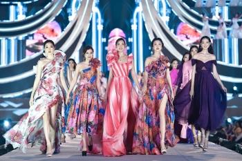 Hoa hậu Mỹ Linh vừa làm giám khảo, vừa catwalk cực đỉnh