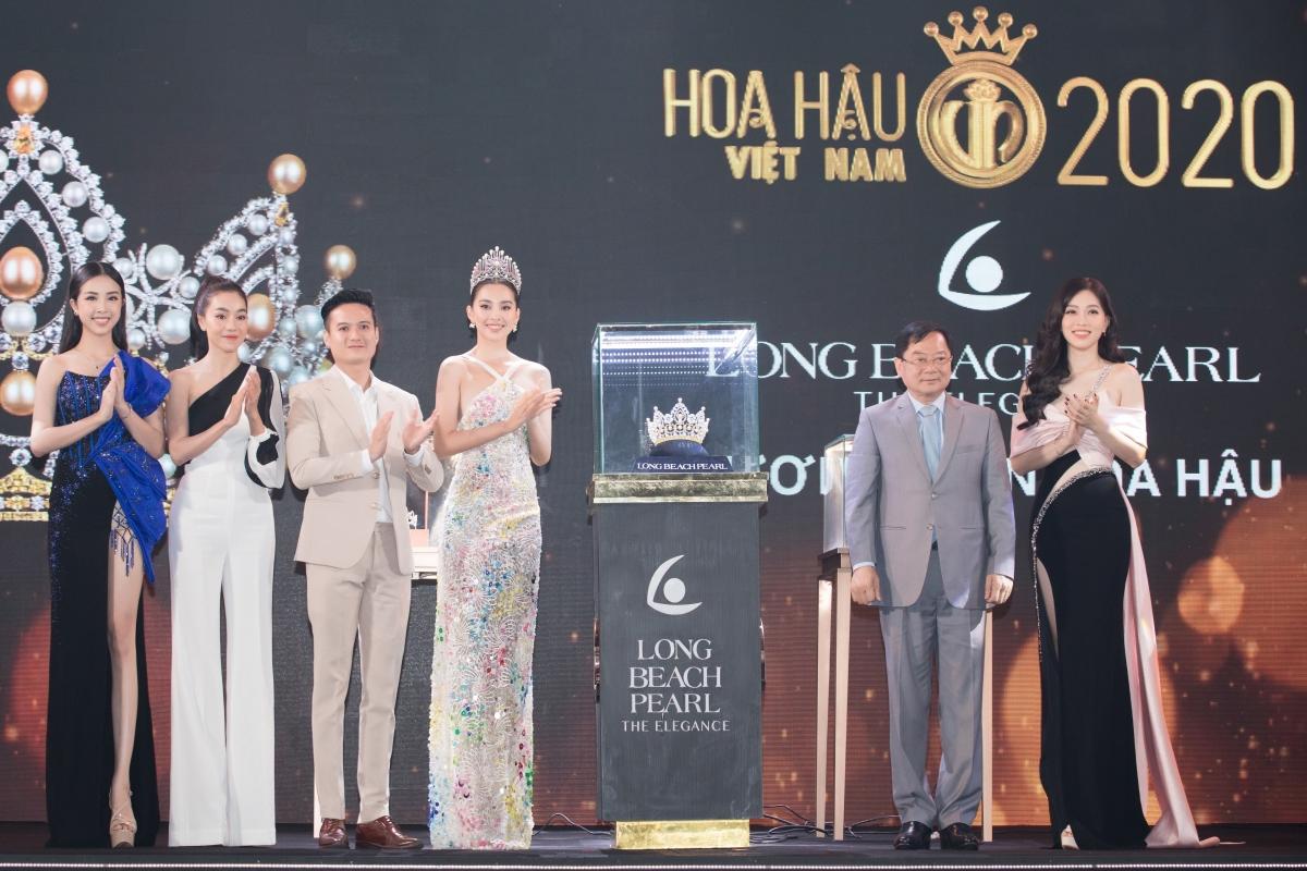 BTC chính thức công bố các vật phẩm đăng quang dành cho Hoa hậu Việt Nam 2020.
