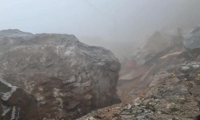 Kinh hãi trước cảnh đá 'khổng lồ' rơi ầm ầm từ trên núi xuống chắn ngang đường  - 2