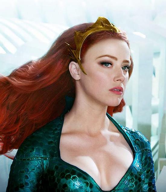 Amber Heard trong vai công chúa đại dương Mera.