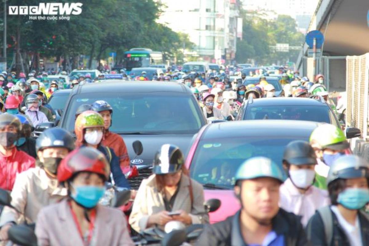 Đường Nguyễn Trãi giao Ngã Tư Sở bị ùn tắc kéo dài trong ngày thông xe vành đai 2 trên cao.