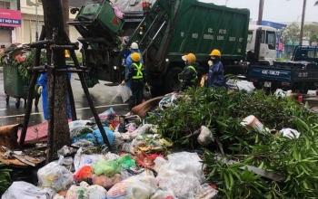 3.000 tấn rác ập vào bãi biển Đà Nẵng sau bão số 13