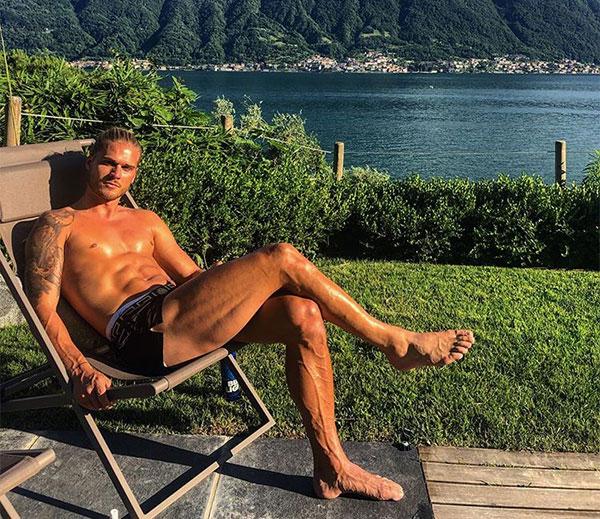 Cựu tiền vệ Iceland có gương mặt như tài tử cùng thân hình 6 múi săn chắc. Ảnh: Instagram.