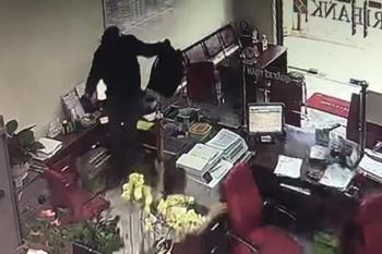 Truy tìm kẻ bịt mặt vào ngân hàng hô to: