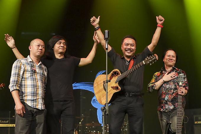 Guitarist Trần Tuấn Hùng (thứ hai từ trái sang) cùng các thành viên sáng lập của Bức Tường.