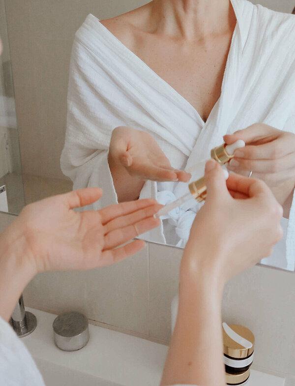 Dưỡng ẩm đầy đủ giúp da bớt khô nẻ trong mùa đông.