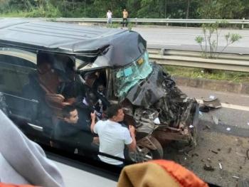 Xe Limousine đâm xe đầu kéo trên cao tốc Nội Bài - Lào Cai, 8 người bị thương