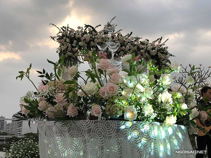 tiec cuoi cuc hoa mi cua a hau hoang oanh