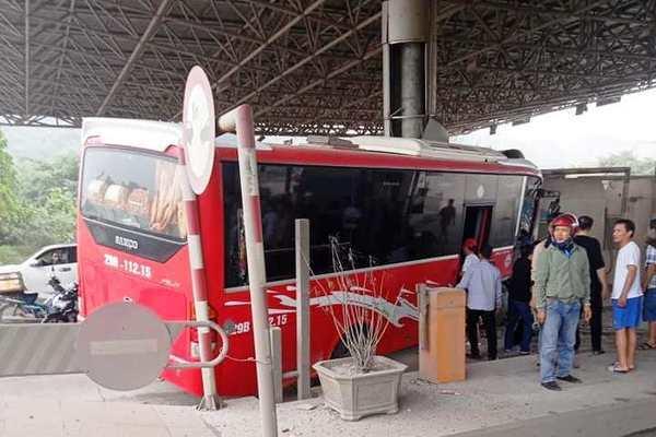 xe khach dam nat cabin tram thu phi o thanh hoa 5 nguoi bi thuong