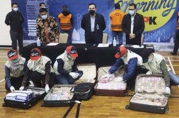 Tham ô tiền hỗ trợ COVID-19, Bộ trưởng Indonesia bị bắt cùng 7 vali tiền