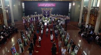 Hàng ngàn người đội nắng xếp hàng chờ vào viếng nghệ sĩ Chí Tài