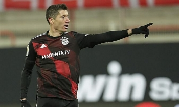 Lewandowski cứu Bayern thoát thua