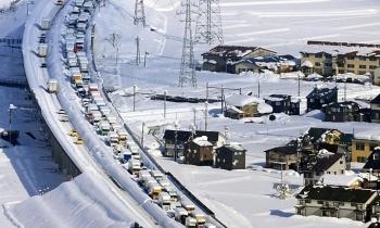 Hàng nghìn người Nhật kẹt xe suốt đêm bão tuyết