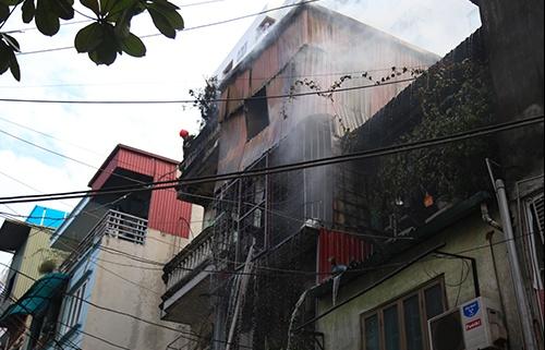 Cảnh sát dùng búa phá tôn, dập đám cháy nhà ba tầng