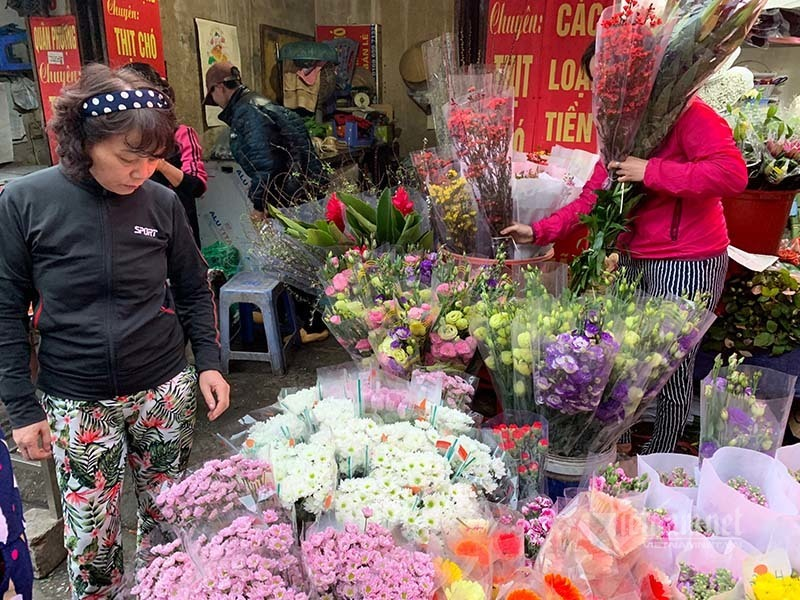 phat hoang di cho 29 tet hoa tuoi tang gia gap 3 lan
