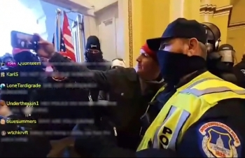 Cảnh sát bị tố chỉ huy người biểu tình chiếm Đồi Capitol