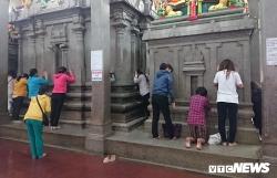 Người dân thì thầm với đá trong ngôi chùa linh thiêng bậc nhất Sài Gòn