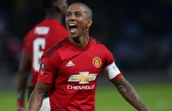 ashley young thang chelsea mu san sang ha liverpool