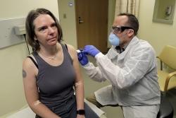 nhung nguoi dau tien duoc thu nghiem vaccine ngua covid 19