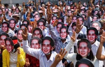 Myanmar hỗn loạn khi biểu tình biến thành đổ máu