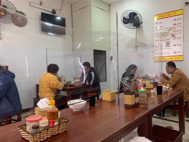 Hà Nội cho phép các nhà hàng, quán cà phê mở cửa trở lại - 1