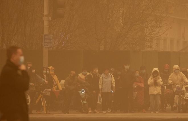 Trung Quốc 'ngạt thở' trong bão cát lớn nhất thập kỷ